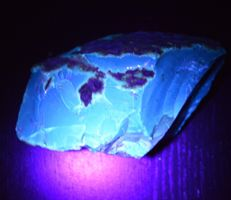 Fluorescent blue Amber from Sumatra - 140 x 80 x 65 mm - 361 g
