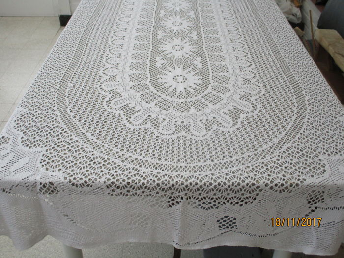 Tablecloth Of White Cotton With Beautiful Woven Print.
