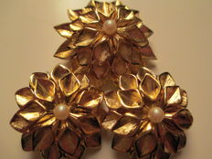 Demi parure set by Nina Ricci Runway Couture, gold-plated brooch and clips with simulated pearl, approx. 1969 NY