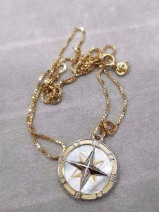Chain and pendant in 18 kt gold with compass rose