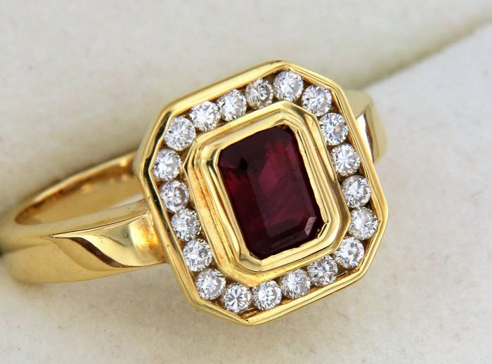 18kt gold ring with a ruby and surrounded by 20 diamonds - size 55