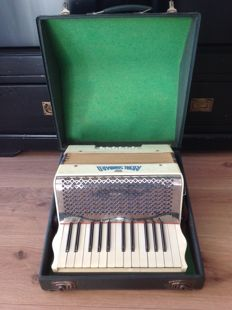 Accordion Royal Standard ca 1950