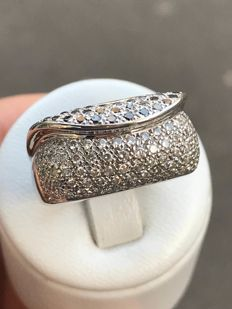 18 kt white gold ring with diamonds totalling 1.2 ct - size 57/18 mm