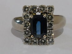 Ring in 18 kt rhodium-plated grey gold - Blue sapphire of 2.2 ct surrounded by 14 diamonds for a total of 1.4 ct