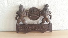 plaque memorial gift to old artillery officer coat of arms