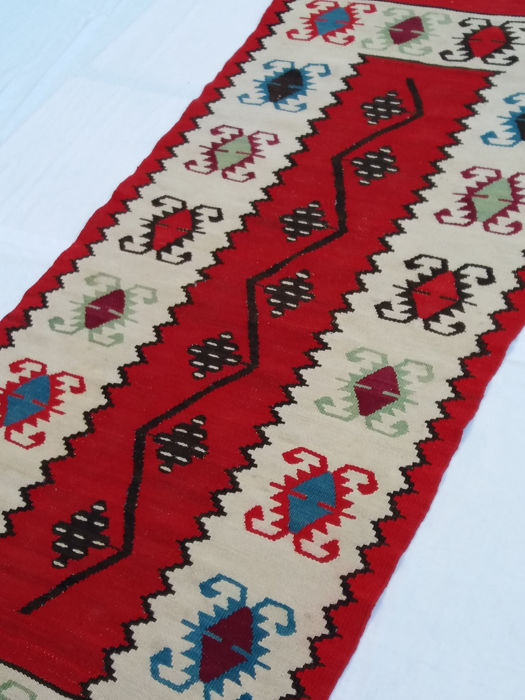 Anatolian Melas kilim, from the 1970s. Measurements: 195 x 95 cm. Wool on wool.
