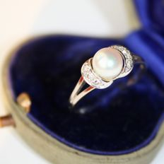 Antique 14kt. white gold ring with genuine sea / salty or orient ivory-white round pearl with very good lustre and 8/8 cut brilliants. Wonderful state
