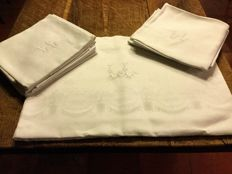 Wonderful large French damask tablecloth with its 12 large napkins, beautiful monogrammed