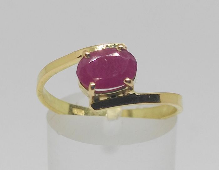 cocktail ring in 18 kt yellow gold with ruby