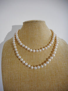 Pearl necklace of white cultured freshwater pearls with a 14 kt gold clasp, 86 cm in length