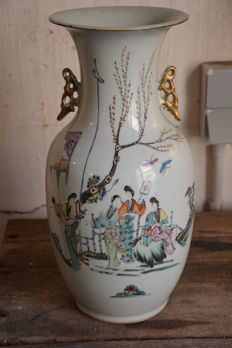 Large famille rose vase with a garden scene - China - ca. 1940 (Republic period)