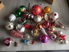 Lot of 28 old Christmas baubles plus peak