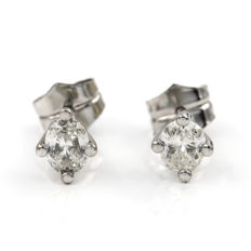Earrings in 18 kt white gold,  with oval-cut diamonds weighing 1 ct in prongs settings, earring diameter: 6 mm.