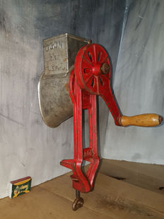 OGON - Large cast iron nutmeg mill - U.S.A. - around 1950
