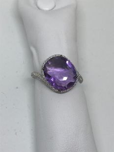 18 kt white gold ring with central amethyst, surrounded by diamonds totalling 1.00 ct - Ring size: 14
