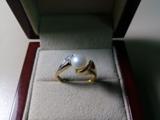 18 kt gold ring and 0.037 ct diamonds and Akoya pearl 6.50 mm
