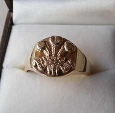 JMB ring with Prince of Wales emblem. 9Kt.(333) size: 20,5 mm.