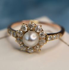 Rosé Gold Ring with a genuine sea / salty pearl, surrounded by natural diamonds also on shoulders, approx. 0,48Ct. H/VVS in beautiful state.