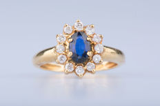 18 kt yellow gold ring with 1 sapphire and 12 diamonds of approx. 0.24 ct