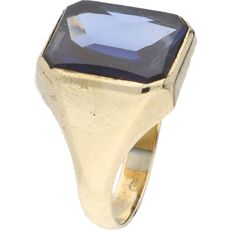 14 kt yellow gold men's ring set with synthetic Sapphire