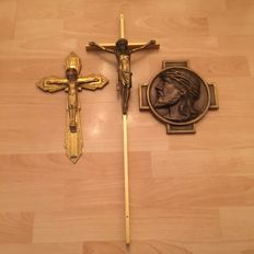 3 cross attributes, of which 1 is round and made of bronze