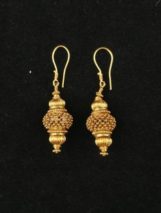 Vintage 20 kt gold earrings – Gujarat, West India, from the early 1900s.
