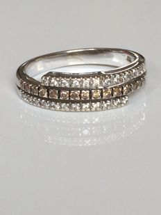 18 kt gold ring with diamonds - total of 0.40 ct approximately - Inner diameter of the band: 18 mm