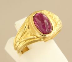 18 kt yellow gold ring with cabochon cut ruby, ring size 17 (53)