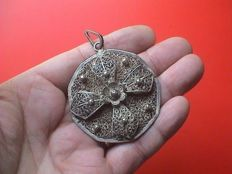 Exceptional antique large size and heavy filigree silver cross pendant - 17th/18th century
