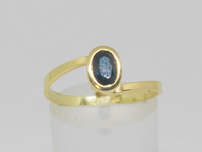 Cocktail ring in 18 kt yellow gold with sapphire
