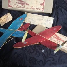 2 aircraft, propellers in their original boxes, rare models due to their fragility, which can be disassembled.