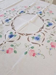 Romantic vintage round French embroidered and laced tablecloth. No reserve price, reasonable shipping costs.