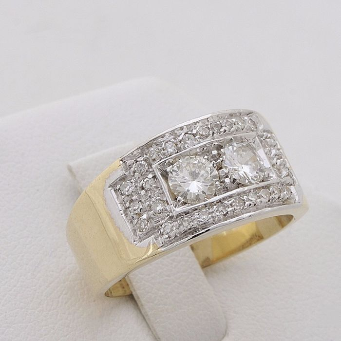 Ring with 18 kt (750) gold shank with brilliant cut diamond totalling 0.88 ct, and 2 central diamonds totalling 0.60