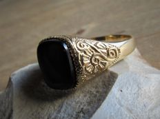 Handmade gold ring with onyx