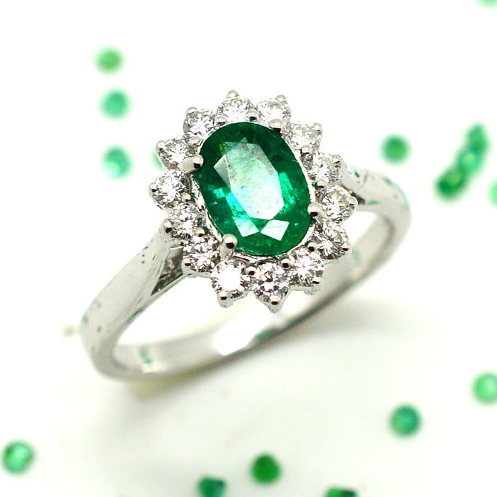 Gold ring (18 kt) with emerald and brilliant cut diamonds for a total of 1.50 ct - Size 15/55