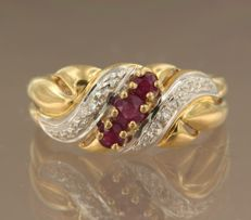 18 kt bi-colour gold ring set with 3 brilliant cut rubies, 0.25 carat, and 2 brilliant cut diamonds, 0.02 carat, ring size 17.25 (54)