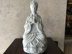 Signed Chinese sculpture in Blanc de Chine porcelain – Guanyin – China – late 20th century.