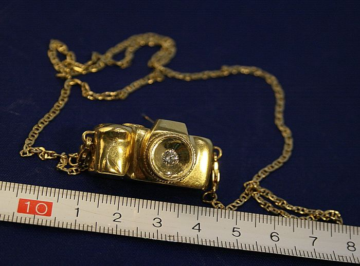 18 kt gold photo camera pendant, with diamond of approx. 0.10 ct for the lens - length 3 cm, width 1.7 cm