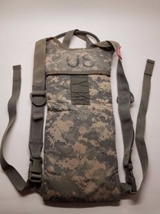 "Fanstastic 3L U.S ARMY liquid carrying case "" MOLLE II - CARRIER IDRATION SYSTEM "" with ACU mimetic used in AFGHANISTAN commonly called ""CAMELBAK""."