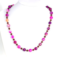 Fuchsia Dragon scal agate necklace with Bohemian garnets – Length 54 cm, 14kt/585 yellow gold clasp