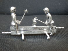 Silver miniature smiths with hammers hit anvil, Schoonhoven, H. Hooijkaas, 20th century