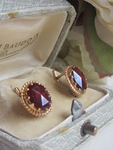"""Sleeper"" earrings in 18 kt yellow gold set with garnets - 3.74 g - 1.3 cm high x 1.1 cm wide - Hallmarks including eagle's head"