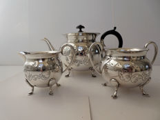 A 3 piece silver plated tea set, England, mid 20th century