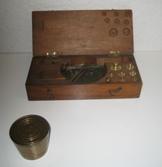 Lot of a travel scale and a nested weight - France / Belgium - 1850/1900