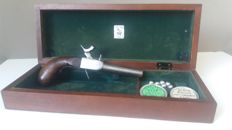 Wooden box with French pistol 9 mm.