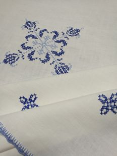 Hand embroidered square tablecloth - Italy 1960 / 1970.