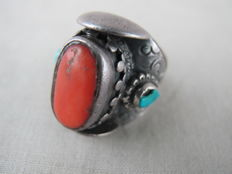 Heavy antique silver (925) ring with red coral and turquoise - Tibet - approx. 1930