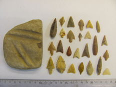 25x Neolitic arrowheads 18/56 mm and 1x grindstone - 90-55 mm (26)