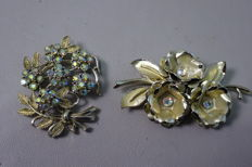 Lot of 2 vintage Coro flower brooches with rhinestone