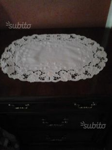Elegant and refined oval centrepiece, Embroidery + bobbin edge